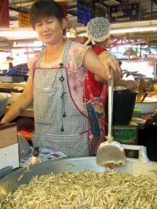 Que tal un gusano de seda recién frito en Chiang Mai, Tailandía?