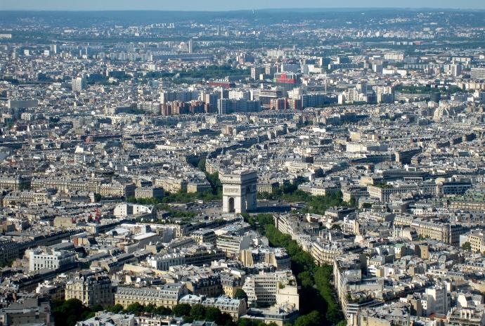 Vista de Paris desde la Torre Eiffel con el Arco del Triunfo